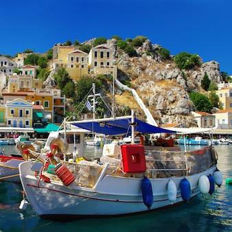 Podróżuj po grecji, kolorowej wyspie simi (simi) niedaleko rodos, dodekanez