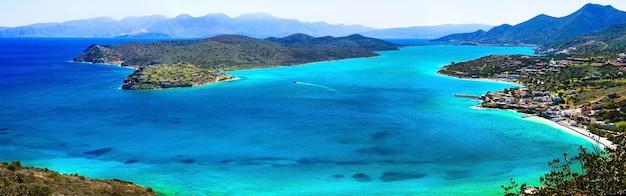 Podróżuj po grecji. niesamowita kreta. widok na wyspę spinalonga i wioskę plaka