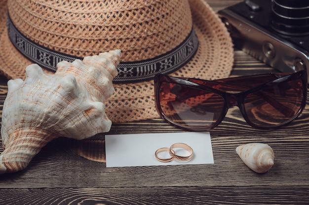 Podróżuj przedmioty na drewnianym stole. widok z góry