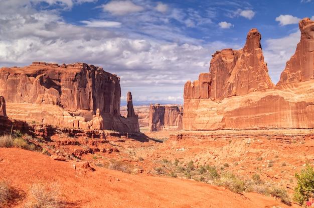 Podróżuj przez parki narodowe południowo-zachodnich stanów zjednoczonych: szlak park avenue w parku narodowym arches, utah.