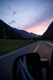 Podróżuj samochodem do koncepcji świtu