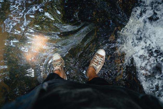 Podróżuj wodospadem w tropikalnym lesie w ciągu dnia