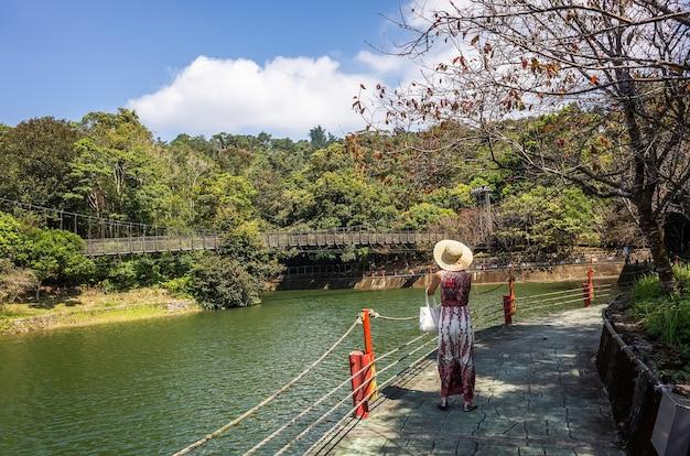 Podróżująca azjatka spaceruje w pobliżu wody w zbiorniku