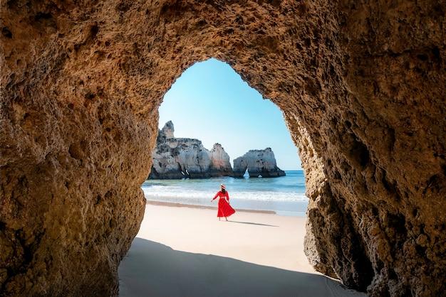 Podróżująca kobieta ciesząca się samotnie plażami algarve portugalia