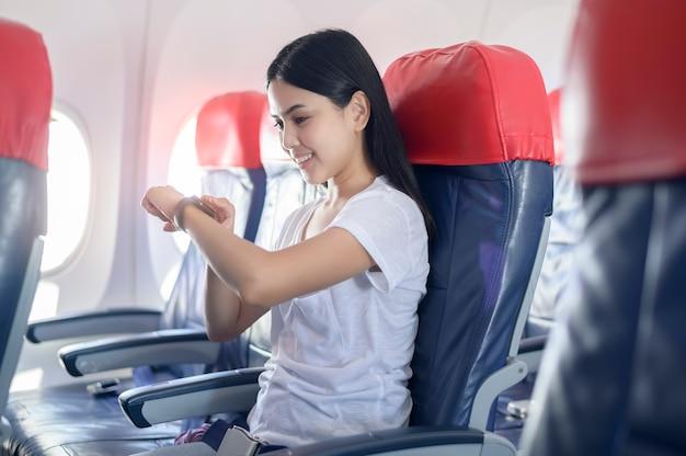 Podróżująca kobieta za pomocą pokładu, koncepcja podróży technologii technology