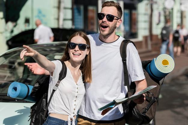 Podróżująca para szuka wskazówek