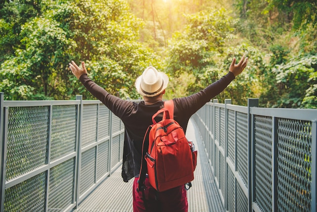 Podróżujący backpacker spacerujący po chodniku canopy w ogrodzie botanicznym queen sirikit w chiangmai w tajlandii