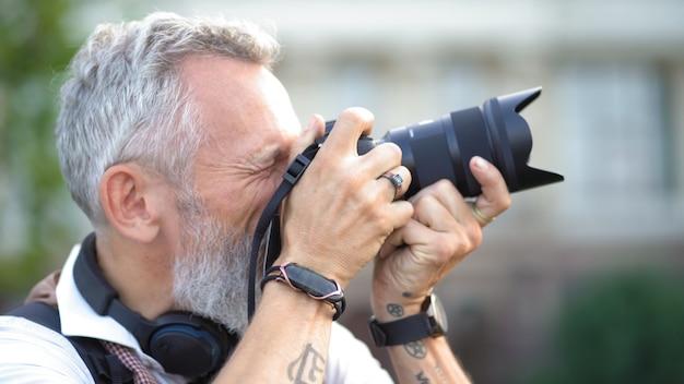 Podróżujący fotograf robi zdjęcia na swoim blogu.