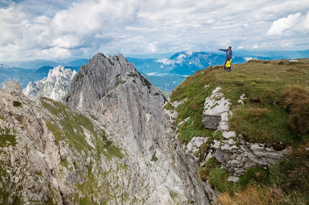 Podróżujący lub wędrowcy w górach w parku narodowym triglav krajobraz przyrodniczy