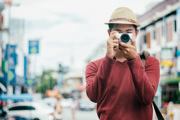 Podróżujący męscy turystyczni backpackers bierze fotografię.