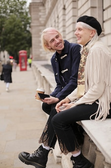 Podróżujący po londyńskim mieście z klimatem jesieni