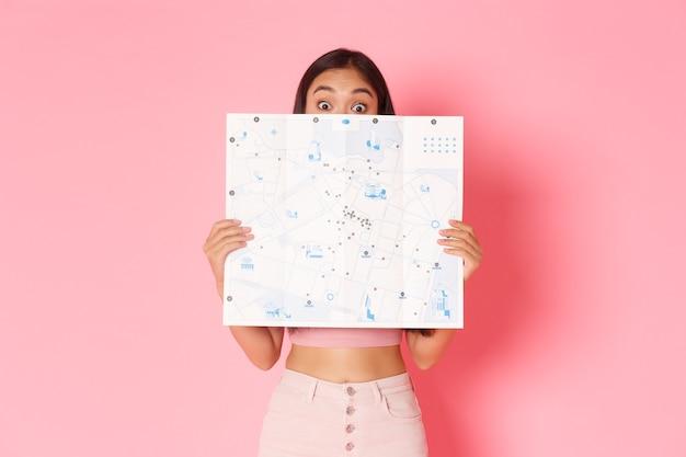 Podróżujący styl życia i koncepcja turystyki portret uroczej i podekscytowanej azjatyckiej dziewczyny odkrywania nowego kraju...