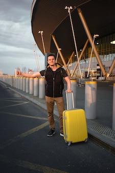 Podróżujący taksówką na lotnisku