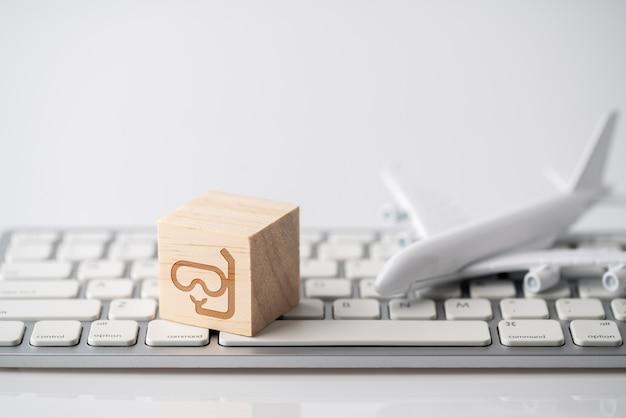 Podróżuje ikonę na klawiaturze komputerowej dla online rezerwaci pojęcia
