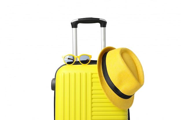 Podróżuje torbę z okularami przeciwsłonecznymi i kapeluszem odizolowywającymi na bielu