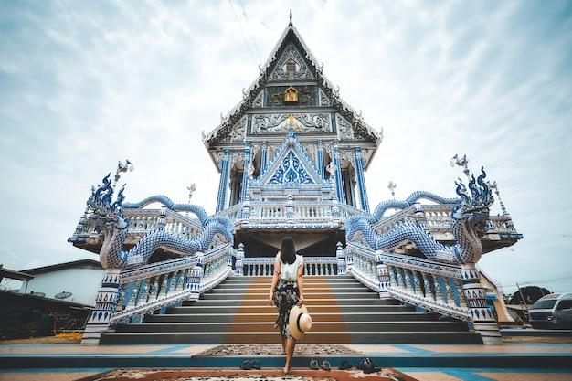 Podróży kobieta i tajlandzka świątynia