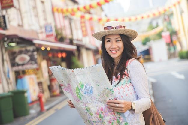 Podróży kobieta wygląda mapa