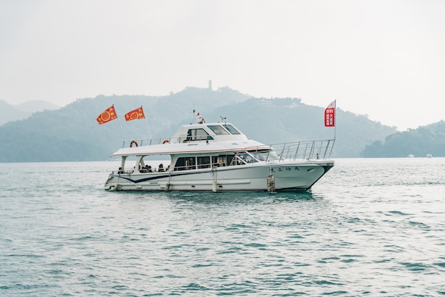 Podróży łodzie pływające nad sun moon lake z górą