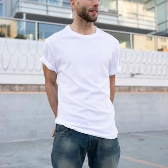 Podstawowa biała koszulka męska odzież modowa sesja plenerowa