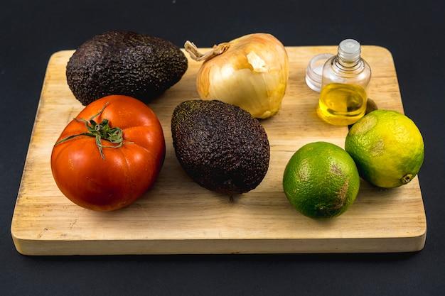 Podstawowe składniki, cebula, oliwa z oliwek, sól, limonka, pomidor i dobre awokado. przepis na dobry guacamole