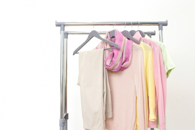 Podstawowe ubrania damskie. strój wiosenno-letni. sklep, sprzedaż, koncepcja mody.