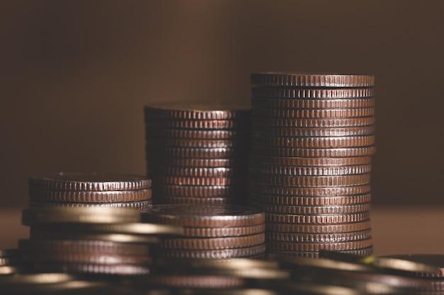 Podstawowe złote monety na białym tle