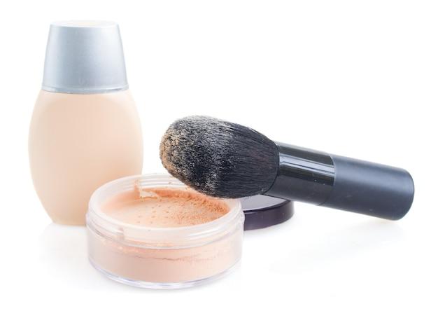 Podstawowy makijaż składający się z pudru, podkładu i pędzla