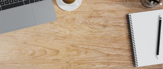 Podstawowy widok z góry obszaru roboczego z pustym notatnikiem z kawą na laptopie na drewnianym stole kopia przestrzeń renderowania 3d