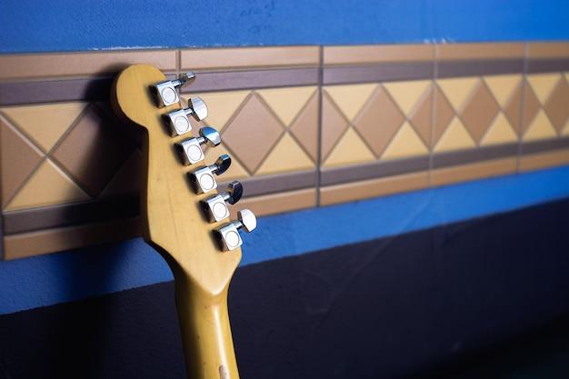 Podstrunnica gitary na tle abstrakcyjnej ściany. lapis niebieski.