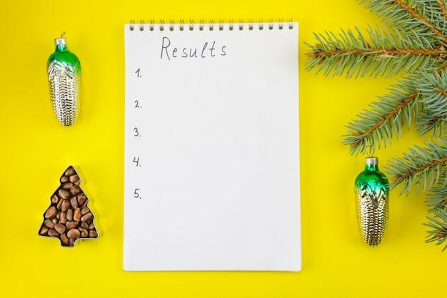 Podsumowanie wyników za miniony rok na tle dekoracji sylwestrowych.