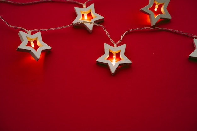 Podświetlana girlanda w kształcie gwiazdy na kolorowym tle z bliska