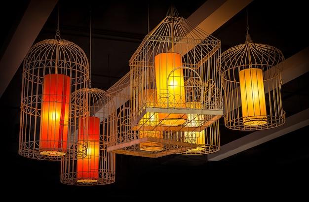 Podświetlana, skomplikowana lampa wisząca w stylu klatki dla ptaków