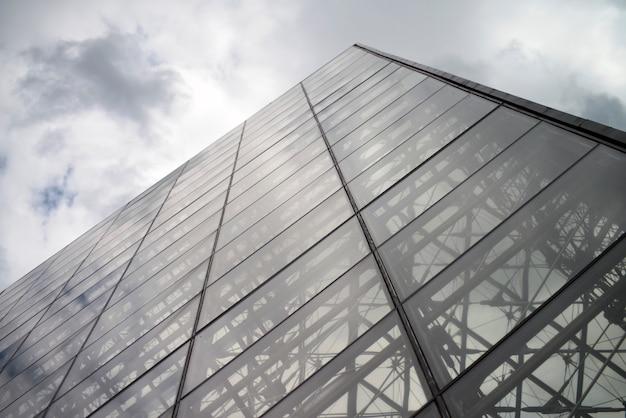 Podświetlana szklana piramida w luwrze w paryżu. piramida muzeum w luwrze. największe na świecie muzeum sztuki i zabytek historyczny