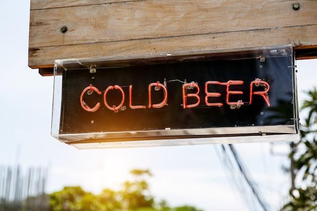 """Podświetlane litery """"zimne piwo"""". znak drogowy"""