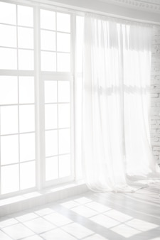 Podświetlane okno z białymi zasłonami w pustym pokoju. abstrakcyjne wnętrze
