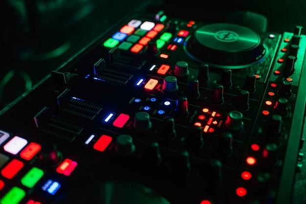 Podświetlane przyciski na nowoczesnej płycie zarządzania muzyką dla dj-a w różnych kolorach