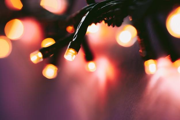 Podświetlane światła girlandy na jasnym różowym tle