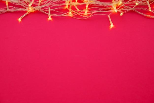 Podświetlane światła wianek na jasnym różowym tle