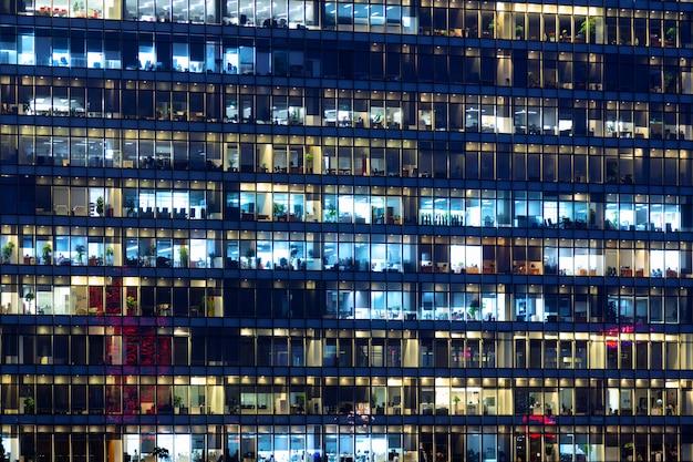 Podświetlany budynek biurowy