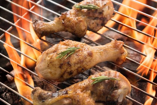 Podudzia z kurczaka grillowane nad płomieniami na grillu