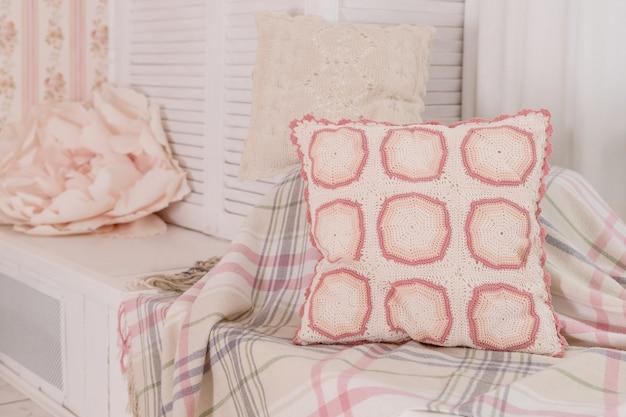 Poduszka haftowana krzyżem.