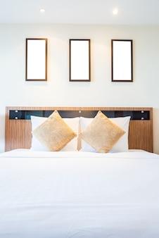 Poduszka łóżko w luksusowym pokoju hotelowym
