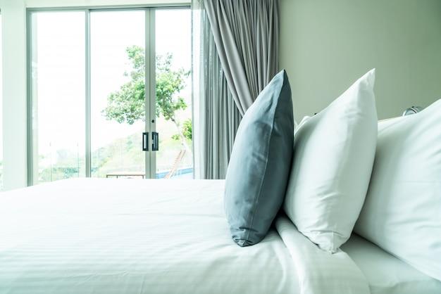 Poduszka na dekorację łóżka we wnętrzu sypialni