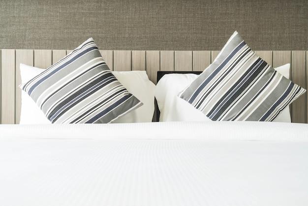 Poduszka na łóżku dekoracja w sypialni