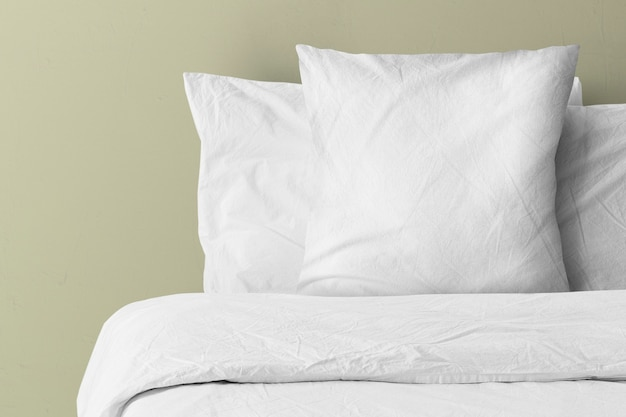 Poduszka na łóżku z pustym miejscem na kopię copy