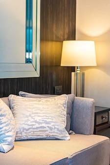 Poduszka na sofę dekorująca wnętrze salonu