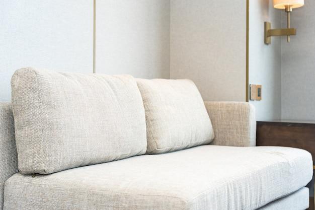 Poduszka na sofę stanowi dekorację wnętrza salonu