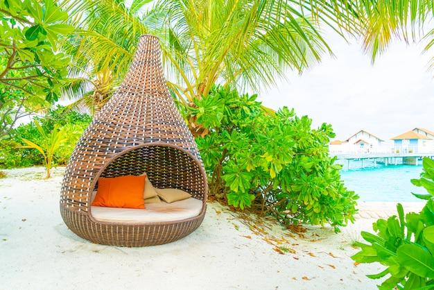 Poduszka na sofie dekoracja na zewnątrz patio z widokiem na tropikalną przyrodę