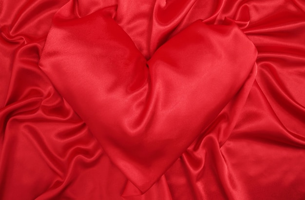 Poduszka w kształcie serca z czerwonego jedwabiu