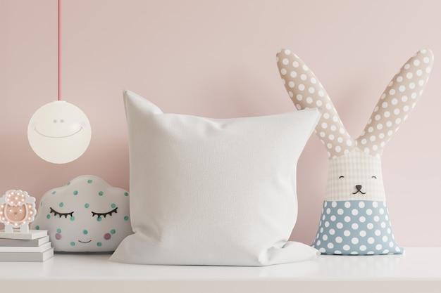 Poduszka w pokoju dziecięcym na jasnoróżowej ścianie. renderowanie 3d